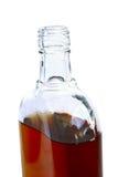 Flasche mit einem alkoholischen Getränk stockfotografie