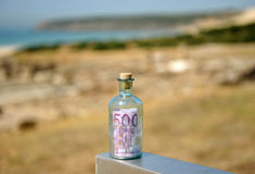 Flasche mit Euro 500 nach innen Stockbild