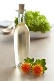 Flasche mit Färberdistelöl Stockfoto