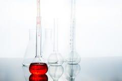Flasche mit roter Flüssigkeit Stockfotos