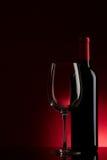 Flasche mit Rotwein und Glas Stockfotos