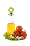 Flasche mit Schmieröl und Tomaten Lizenzfreie Stockfotografie