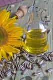 Flasche mit Sonnenblumenöl lizenzfreie stockfotografie
