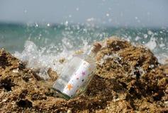 Flasche mit Sternen auf dem Riff lizenzfreies stockfoto