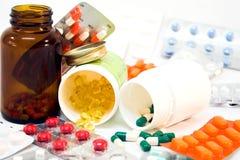 Flasche mit verschütteten Pillen stockbilder