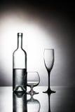 Flasche mit zwei Gläsern Stockfotos