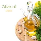 Flasche Olivenöl, Knoblauch, Gewürze und frische Kräuter, lokalisiert Stockfotografie
