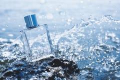 Flasche Parfüm auf Meer lizenzfreie stockfotografie