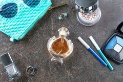 Flasche Parfüm- und Kosmetikprodukte Stockfoto