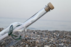 Flasche platziert durch Meer stockfotografie