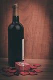 Flasche Rebe, rote Herzen und Mitbringsel ein Retrostil Lizenzfreies Stockfoto