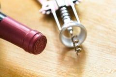 Flasche Rotwein mit einem Korkenzieher Stockfoto