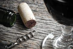 Flasche Rotwein mit Korken, Korkenzieher und Glas Lizenzfreie Stockfotos