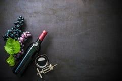 Flasche Rotwein, Weinglas und Trauben Stockbilder
