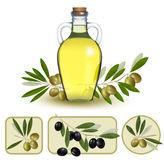 Flasche Schmieröl mit grünen Oliven Stockfotos