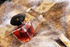 Flasche Schweinskopfsülzenparfüm auf einem Pelz lizenzfreie stockbilder