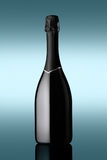 Flasche Sekt auf blauem Hintergrund mit Lichteffekten Lizenzfreies Stockfoto