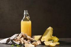 Flasche selbst gemachter Ananassaft mit Ingwer, Zitrone und Bestandteilen lizenzfreies stockfoto