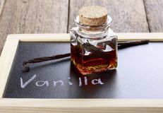 Flasche selbst gemachter Vanilleextrakt lizenzfreies stockfoto