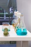 Flasche und Farbe am Labor Stockbilder