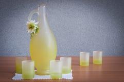 Flasche und Gläser Alkohol typisch von Sorrent stockfotos
