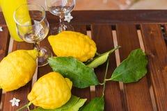 Flasche und Gläser frische Limonade auf Tabelle Stockbild