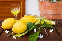Flasche und Gläser frische Limonade auf Tabelle Lizenzfreies Stockbild