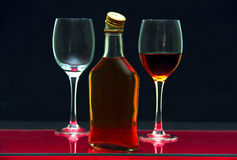 Flasche und Gläser mit Alkohol. Lizenzfreies Stockfoto