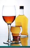 Flasche und Gläser mit Alkohol. Lizenzfreies Stockbild