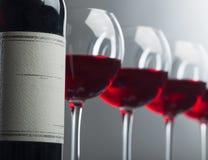Flasche und Gläser Rotwein Lizenzfreie Stockfotografie