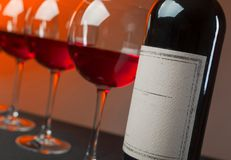 Flasche und Gläser Rotwein Stockfotos