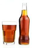 Flasche und Glas Cola lokalisiert Stockbild