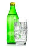 Flasche und Glas gefrorenes Mineralwasser lizenzfreies stockbild
