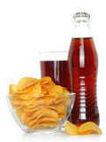 Flasche und Glas Kolabaum mit Kartoffelchips Stockfotografie