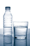 Flasche und Glas Mineralwa Stockbild