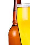 Flasche und Glas mit Bier auf weißem Hintergrund stockfotos