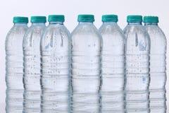 Flasche und Glas mit Minze- und Eisfelsen stockfotografie