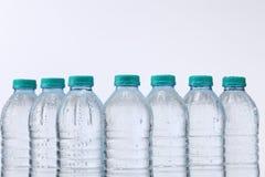 Flasche und Glas mit Minze- und Eisfelsen lizenzfreies stockfoto