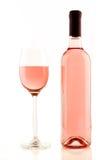 Flasche und Glas rosafarbener Wein lokalisiert Lizenzfreie Stockbilder