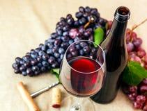 Flasche und Glas Rotwein Stockbild