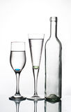 Flasche und zwei Gläser Lizenzfreie Stockbilder