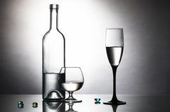 Flasche und zwei Gläser auf Tabelle Stockbild