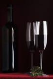 Flasche und zwei Gläser Wein Stockfotografie