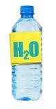 Flasche voll des Wassers und DES H2O Kennsatzes Stockfotos