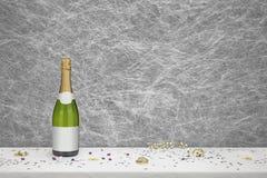 Flasche von Champagne auf einer weißen Tischdecke lizenzfreies stockbild