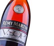 Flasche von Remy Martin-Kognak über weißem Hintergrund Stockbilder