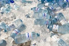 Flasche Wasser auf Eis stockfoto