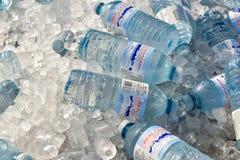Flasche Wasser auf Eis lizenzfreies stockbild