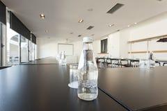 Flasche Wasser auf Konferenztische im Luxushotel Lizenzfreies Stockfoto