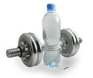 Flasche Wasser mit einem messenden Band um es Stockfotografie